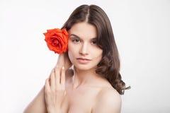 美丽的深色的妇女纵向有红色的上升了 免版税库存照片