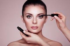 美丽的深色的妇女绘睫毛 免版税库存照片