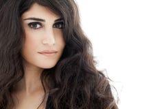 美丽的深色的妇女 卷曲长的头发 免版税库存图片