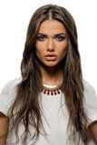 美丽的深色的妇女画象有性感的嘴唇和长的头发的 免版税库存照片