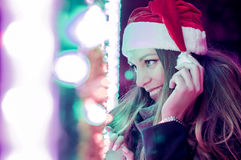 美丽的深色的帽子圣诞老人妇女 美丽的户外女孩纵向 免版税库存照片