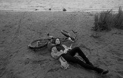 美丽的深色的有自行车的女孩佩带的雨衣画象  免版税图库摄影