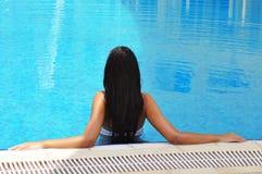 美丽的深色的池游泳妇女 免版税库存图片