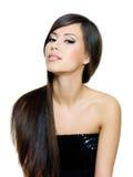 美丽的深色的头发长的平直的妇女 免版税库存照片