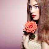 美丽的深色头发的妇女画象有花的 免版税库存图片
