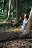 美丽的混合的族种女性在热带密林 旅行 库存图片