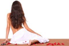 美丽的温泉毛巾处理妇女 库存照片