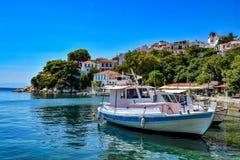 美丽的港口在斯基亚索斯岛,斯波拉泽斯群岛,希腊 库存图片