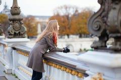 美丽的游人在一个秋天或春日的巴黎 库存照片