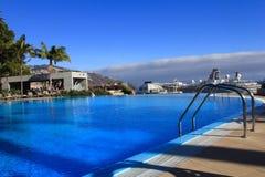 美丽的游泳池在五星旅馆,丰沙尔,马德拉岛 免版税库存图片
