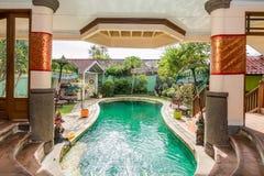 美丽的游泳池在便宜的旅馆 库存图片