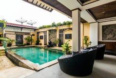 美丽的游泳池在便宜的旅馆 库存照片