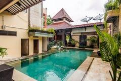 美丽的游泳池在便宜的旅馆 免版税库存照片