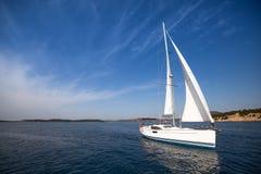 美丽的游艇在公海 豪华旅行 免版税库存图片