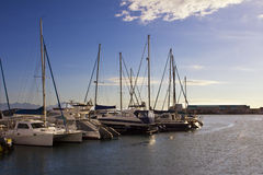 美丽的游艇在日出的港口 免版税库存照片