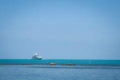美丽的游艇在海 免版税库存图片