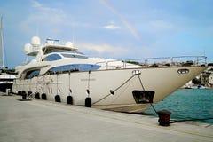 美丽的游艇被停泊在离陆间海的岸的附近 免版税图库摄影