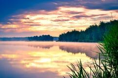 美丽的湖和天空 免版税库存图片