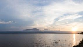 美丽的湖和山在日落风景自然期间在Phayao湖 免版税库存图片