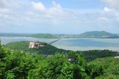 美丽的湖和山在Hatyai 免版税库存图片