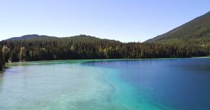 美丽的湖和山4k鸟瞰图  股票录像