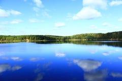 美丽的湖在森林里 免版税库存照片
