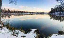 美丽的湖多雪的海岸在11月 库存照片