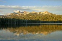 美丽的湖山 库存图片