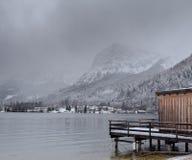 美丽的湖山 33c 1月横向俄国温度ural冬天 木码头和山 积雪的风景 免版税库存图片