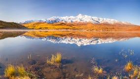 美丽的湖早晨山晴朗的非常天气 反射在水中 库存图片