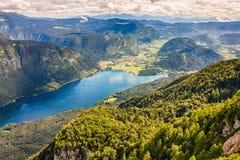 美丽的湖特里格拉夫峰国家公园,斯洛文尼亚山围拢的Bohinj  图库摄影