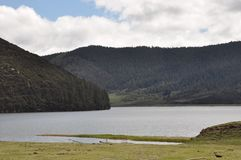 美丽的湖绵延山天空蔚蓝白色云彩 免版税库存照片