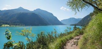 美丽的湖边足迹achensee提洛尔 库存照片
