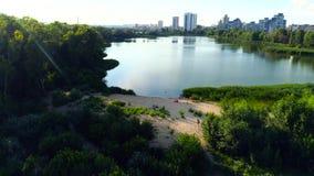 美丽的湖鸟瞰图在镇里 股票录像