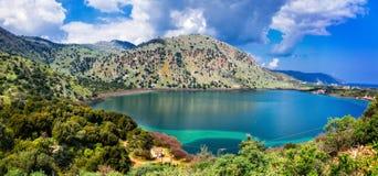 美丽的湖Kournas在干尼亚州克利特 希腊 免版税库存照片