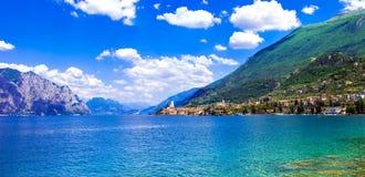 美丽的湖Lago di加尔达 马尔切西内镇看法  意大利 免版税库存照片