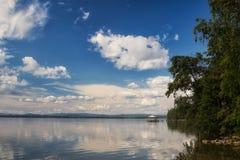 美丽的湖Uvildy在夏天在乌拉尔 库存照片