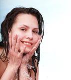 美丽的湿女孩愉快的洗涤 免版税库存图片