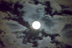 美丽的满月和白色多云天空背景在午夜天空背景中,月光在万圣夜夜没有星 免版税库存照片