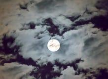 美丽的满月和白色多云天空背景在午夜天空背景中,月光在万圣夜夜没有星 库存照片