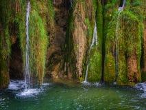 美丽的瀑布、青苔石头和透明的水在Pli 免版税图库摄影