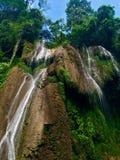 美丽的瀑布在古巴的密林 免版税库存图片