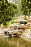 美丽的瀑布在城市公园 库存图片