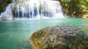 美丽的瀑布在森林旅客` s天堂 股票视频