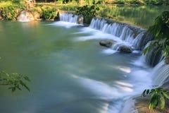 美丽的瀑布在泰国全国pa纯净的深森林里  免版税库存图片