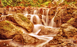 美丽的瀑布在秋天公园 免版税库存照片