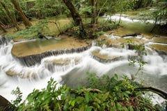 美丽的瀑布在绿色森林里 图库摄影