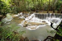 美丽的瀑布在绿色森林里 库存照片