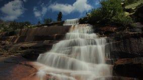 美丽的瀑布时间间隔在山脉Ergaki,俄罗斯的 影视素材