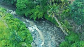 美丽的瀑布的空中英尺长度与起泡沫的水、伟大的岩石和绿色植物的巴厘岛印度尼西亚4k旅行世界的 股票视频
